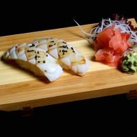 ika - 18zł / nigiri sushi z kalmarem
