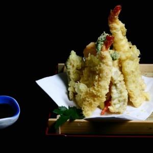 akari tempura - 65zł /krewetki black tiger (2szt.) oraz kawałki ryb w cieście tempura, łosoś 2 szt. ryba maślana 2 szt. yellowtail 2szt.