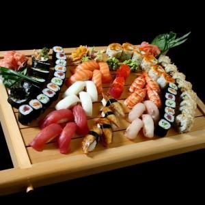 art sepcial set - 290 / nigiri: 4 x łosoś, 4 x tuńczyk, 4 x węgorz, 4 x ryba maślana 4 x krewetka, 4 x (ryba dnia), nigiri gunkan: 2 x sake ikura oraz 2 x maguro ikura, maki: 6 x California maki, 6 x sake teriyaki futomaki, 8 x Philadelphia roll oraz 18x hosomaki