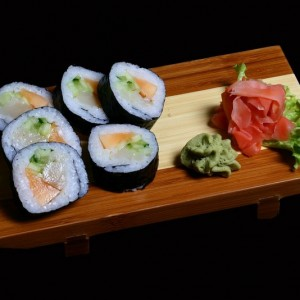 Art Sushi futomaki - 20zł / maki sushi z wędzoną rybą maślaną z melonem i serkiem Philadelphia