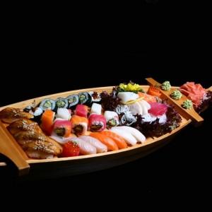 art sushi set - 170zł /sashimi: 2 x tuńczyk, 2 x yellowtail, 2 x (węgorz, łosoś lub ryba maślana), nigiri: 4 x węgorz, 2 x yellowtail, 2 x ryba maślana, 2 x łosoś, nigiri gunkan: 1 x sake ikura, 1 x maguro ikura, maki: 6 x sake kawa maki oraz 8 x rainbow roll