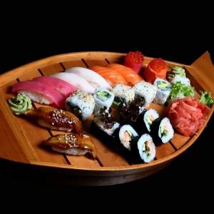 dadai set - 112zł / nigiri: 2 x łosoś, 2 x ryba maślana, 2 x tuńczyk, 2 x węgorz, nigiri gunkan: 1 x sake ikura, 1 x maguro ikura, maki: 6 x California maki, 6 x sake kawa maki