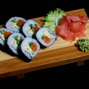 futomaki - 20zł / maki sushi z awokado, omletem, łososiem i ogórekiem