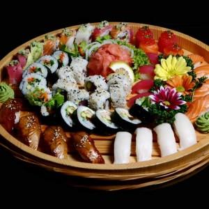 gasoku set - 230zł /nigiri: 4 x łosoś, 4 x ryba maślana, 4 x tuńczyk, 4 x węgorz, nigiri gunkan: 2x sake ikura oraz 2 x maguro ikura maki: 6 x california maki, 6 x sake kawa maki, 8 x rainbow roll oraz 6 x ebi futomaki
