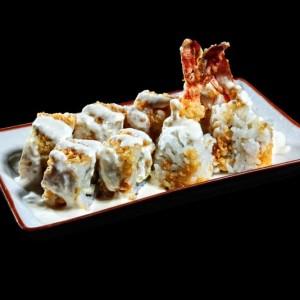 hawaiian roll - 43zł/ American roll uramakie z krewetkami w cieście tempura, awokado, serkiem Philadelphia, chrupkami tempura polane sosem majonezowo-ananasowym, 8szt.