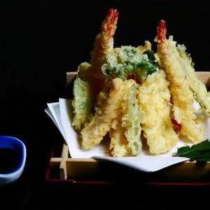 iruiru tempura - 85zł / krewetki black tiger 2szt., zestaw warzyw sezonowych oraz kawałki ryb w cieście tempura: łosoś 2szt. ryba maślana 2 szt. dorada 2szt. yellowtail 2szt.