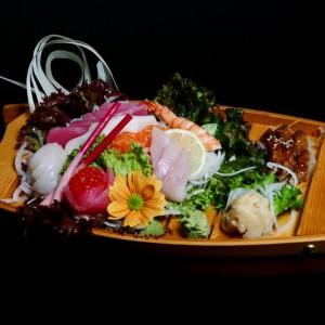 kirei sashimi - 82zł / 3 x tuńczyk, 3 x łosoś, 2 x ryba maślana, 2x halibut, 3 x węgorz 2 x kawior 1 x krewetka