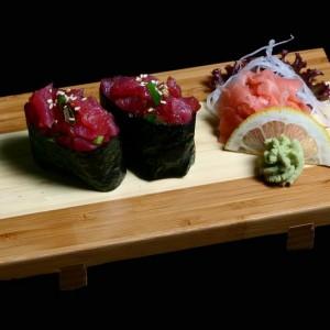 maguro gunkan - 20zł / nigiri gunkan z tuńczykiem i porem, 2szt.