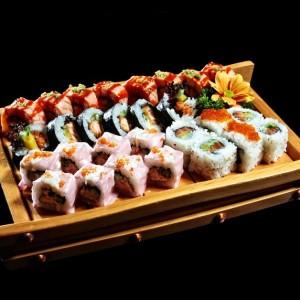 maki set 4 rolki- 110zł  1 x sake teriyaki futomaki (ze smażonym łososiem w sosie teriyaki), 1 x california sake (z łososiem, awokado, ogórkiem i sezamem) oraz dwa różne dowolnie wybrane rolki maków z menu