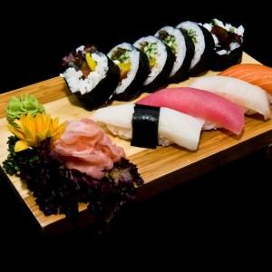 mizu umi set 45z / nigiri: 1 x tuńczyk, 1 x ryba maślana, 1 x łosoś, 1 x yellowtail, maki: 6 x sake futomaki