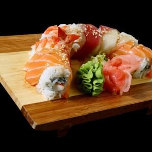 rainbow roll - 43zł /American roll z łososiem, rybą maślaną, krewetkami, paluszekami krabowymi, awodakodo, ogórskiem, w słodkim sosie, 8 szt.