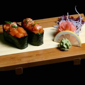 sake gunkan - 20zł / nigiri gunkan z łososia i pora, 2szt.