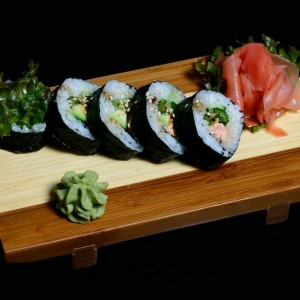 sake teriyaki futomaki - 22zł / maki sushi z łososiem w sosie teriyaki 6szt.