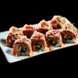 spicy tuna roll - 43zł / American roll uramaki z tuńczykiem, awokado, ogórkiem, sosem chili, porem i imbirem, 8szt.