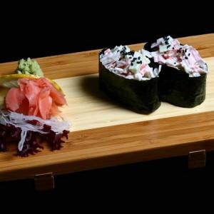 surimi gunkan - 15zł / nigiri gunkan z pałeczkami krabowymi, majonezem i porem, 2szt.