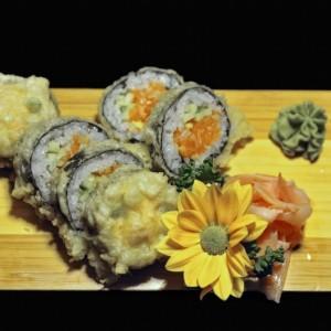 tatar maki 38zł / tempura maki, futomaki smażone w cieście z tatarem z łososia lub tuńczyka, ogórkiem i porem w środku, 6 szt.