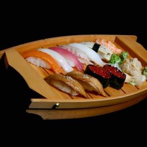 temari set - 85zł / nigiri: 1 x tuńczyk, 2 x węgorz, 1 x ryba maślana, 1 x dorada, 1 x krewetka, 1 x kalmar, 1 x łosoś nigiri, 2 x ikura gunkan