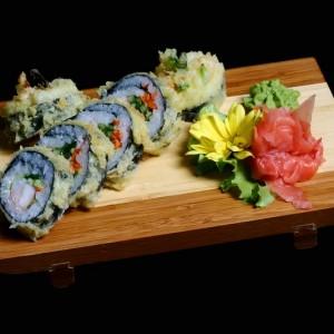 tempura futomaki - 30zł / futomaki smażone z awokado, krewetką, ogórkiem, i omletem w środku, 6 szt.