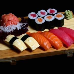 umi set - 45zł / nigiri: 2 x tuńczyk, 2 x łosoś, 2 x omlet, maki: 3 x tekka maki, 3 x sake maki