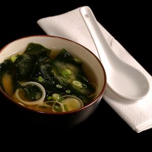 miso shiru zupa z pasty sojowo-fasolowej z tofu, porem i glonami wakame