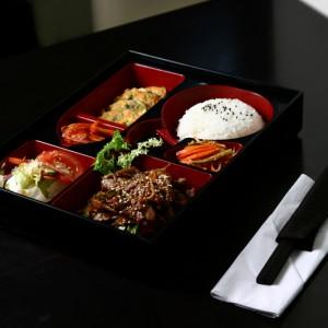 bulgogi bento set - 38złbulgogi – tradycyjna koreańska smażona wołowina z warzywami, hobak jon – cukinia smażona w cieście omletowym, sałatka dnia, sałatki kimchi i yasai, ryż