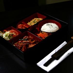 cheyuk bento set - 38złcheyuk – wieprzowina z warzywami pikantnymi w słodkim sosie, hobak jon – cukinia smażona w cieście omletowym, sałatka dnia, sałatki kimchi i yasai, ryż