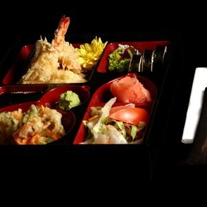 tempura bento set - 45zł1 x krewetka black tiger w cieście tempura, 3 x kawałki warzyw w cieście tempura, 3 x kawałki ryb w cieście tempura, kakiage – smażone wayrzywa, sos do tempury, sałatka yasai, wasabi, imbir