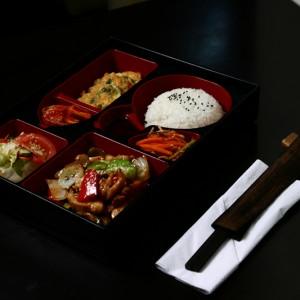 teriyaki bento set -35zł / filetowane kawałki kurczaka w słodkim sosie teriyaki, hobak jon – cukinia smażona w cieście omletowym, sałatka dnia, sałatki kimchi i yasai, ryż
