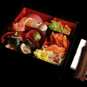 art sushi bento set - 45zł5 x nigiri sushi: z tuńczykiem, 2szt. z łososiem, z rybą maślaną oraz krewetką, 3 x futomaki, 3 x tekka maki, 3 x sake maki, sałatka kimchi oraz yasai, wasabi, imbir