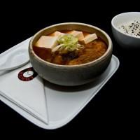 kimchi chigae – 35zł /koreańska, ostra zupa kimchi z mięsem wieprzowym i serkiem tofu, podawana z ryżem