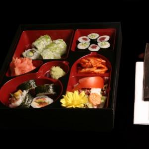 maki bento set - 35zł4 x futomaki, 6 x ura maki, 3 x tekka maki, 3 x kappa maki, sałatki kimchi i yasai, imbir oraz wasabi