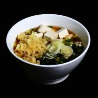 udon – 26zł / japoński bulion z makaronem, tofu, porem, szczypiorkiem i glonami waakame