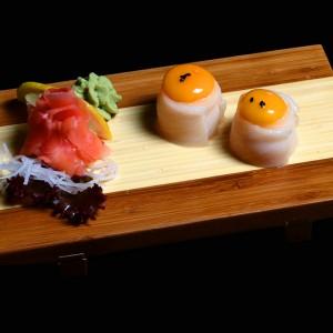 ibodai kimi - 25zł / nigiri gunkan żółtka jajka przepiórczego zawinięte w rybę maślaną