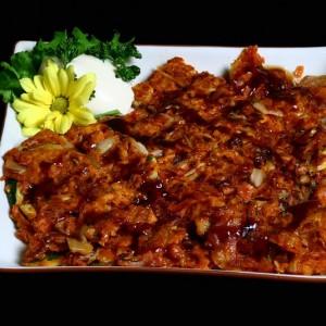 kimchi john -30złdanie wegetariańskie, pikantny omlet z kimchi z warzywami, podawany z ostrym sosem