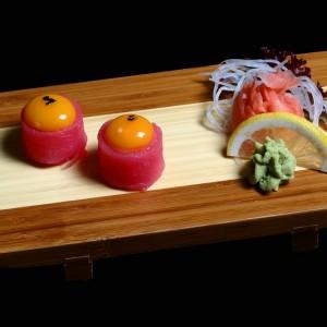 maguro kimi - 25zł / nigiri gunkan żółtka jajka przepiórczego zawinięte w tuńczyka