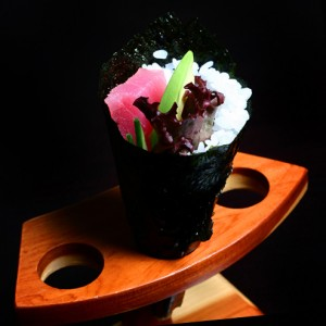 maguro temaki - 20zł / temaki z awokado, ogórkiem, tuńczykiem, sałatą karbowaną i majonezem
