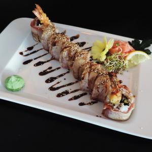 maguro yaki roll - 45 zł uramaki z krewetką w tempurze, kampyo, ogórek, sos chilli, zawinięte w opiekanego tuńczyka, polane sosem teriyaki, 8 szt.