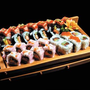 maki set 7 rolek - 170 zł sake teriyaki futomaki (ze smażonym łososiem w sosie teriyaki), california sake (z łososiem, awokado, ogórkiem i sezamem), ebi futomaki (z krewetkami, awokado, sałatą i majonezem), tekka maki (hosomaki z tuńczykiem), 3 różne, dowolnie wybrane z menu rolki maków