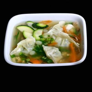 mandu shiru - 15zł / bulion z pierogami mięsno-warzywnymi