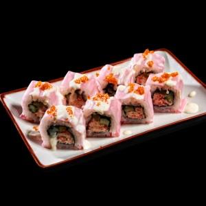 pink crab roll - 35zł / uramaki z mięsem kraba, ogórkiem, majonezem, zawinięte w papier sojowy, polane sosem majonezowym