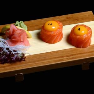sake kimi - 25zł / nigiri gunkan, żółtka jajka przepiórczego zawinięte w łososia
