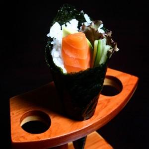 sake temaki - 18zł / temaki z awokado, ogórkiem, łososiem, sałatą karbowaną i majonezem