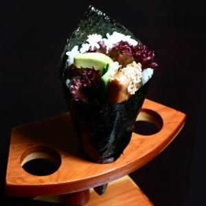 sake teriyaki temaki - 22zł / Temaki z awokado, ogórkiem, łososiem w sosie teriyaki i sałatą karbowaną