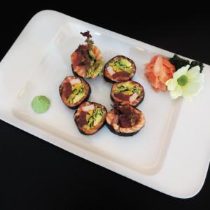 sashimi roll - 40 zł american roll z łososiem, tuńczykiem, ogórkiem, awokado, paluszkiem krabowym, oshinko, sałatą
