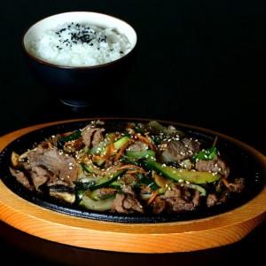 bulgogi - 43 zł tradycyjna koreańska smażona wołowina z warzywami